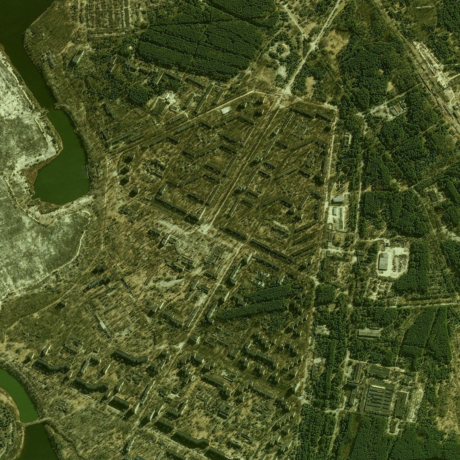 Tchernobyl - Chernobyl - 30 ans - 26 avril 1986 - 26 avril 2016 - satellite Pleiades - Prypriat - Ville fantôme - Manège enfants - Bâtiments abandonnées - Végétation - 27-03-2016 - CNES - Airbus DS - Ukraine