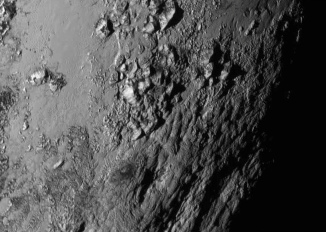 Pluton - surface - gros plan - LORRI - Montagnes - glace d'eau - Fly-by - New Horizons - NASA - géologie