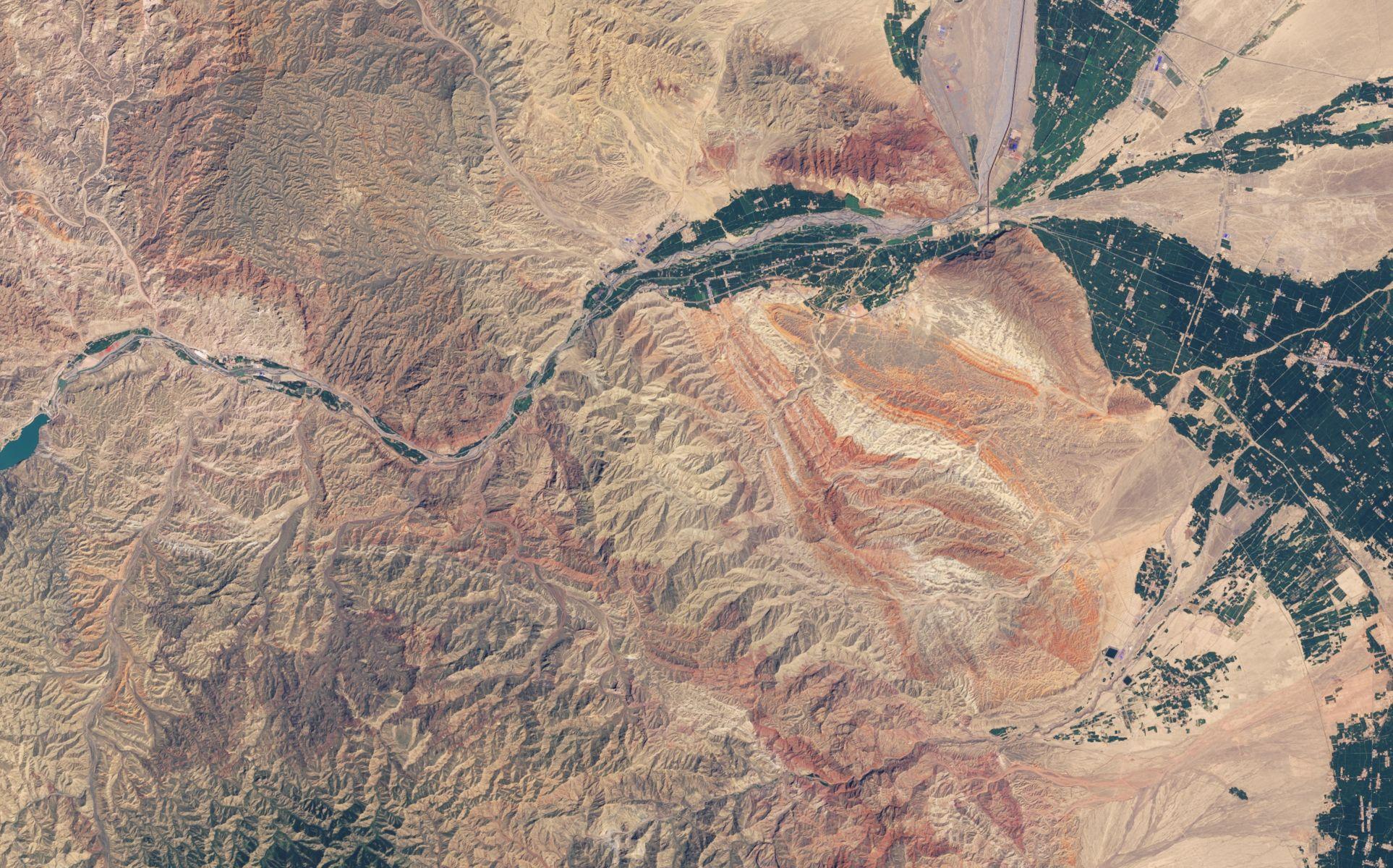 Les reliefs colorés de la région de Zhangye Danxia en Chine vus par le satellite Landsat 8