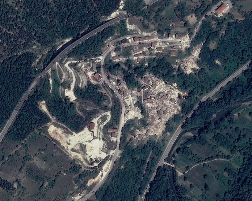 Italie - Pescara del Tronto - dégâts - tremblement de Terre - Earthquake - satellite Pleiades - 25 août 2016 - Digital Globe - Emergency response - Damage assessment - Impact - Maisons détruites - terremoto