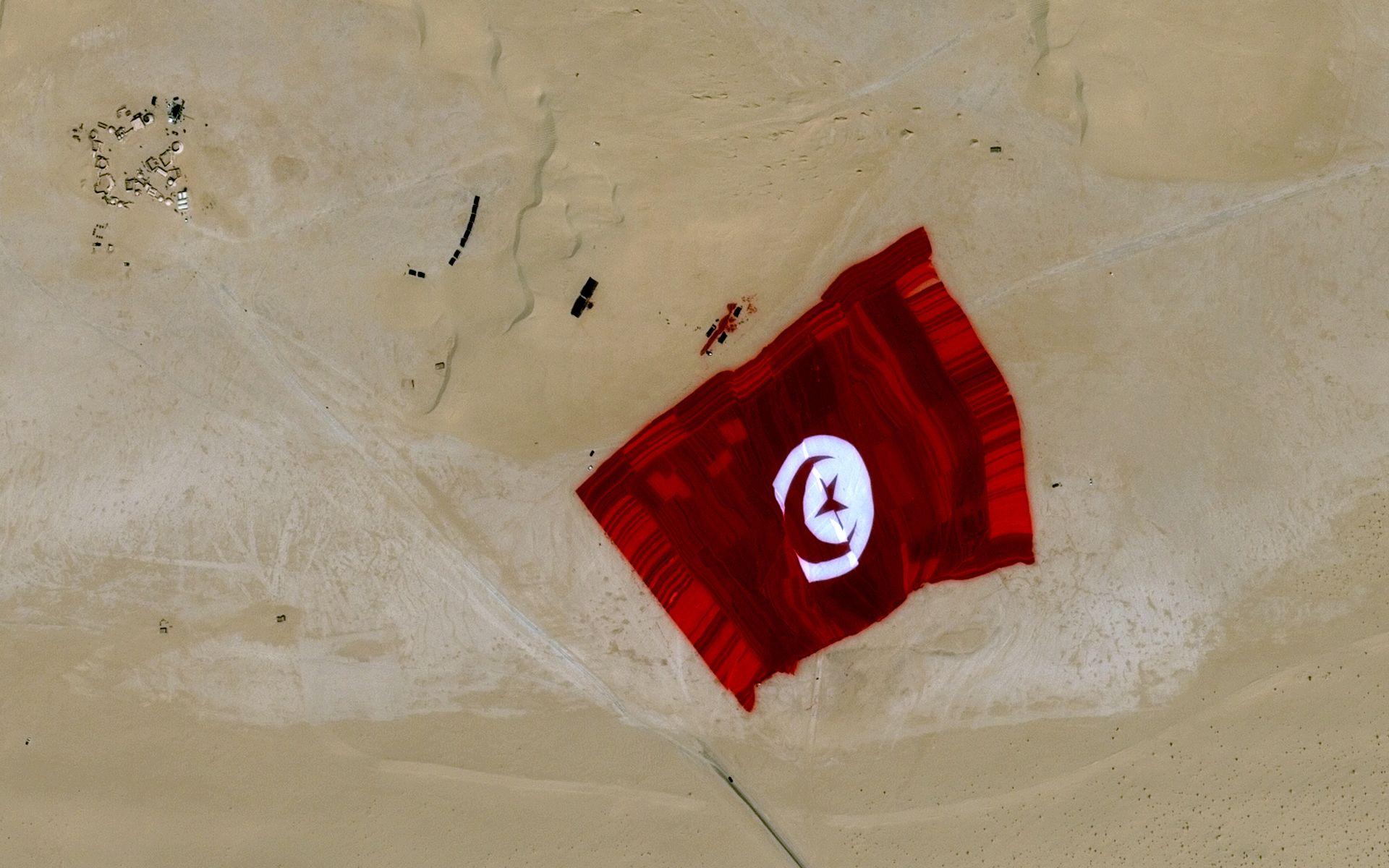 Tunisie - Drapeau tunisien géant - Tunisian flag - Record - Guinness book - Pleiades - Tozeur - Plus grand drapeau du monde - Largest flag - satellite - CNES - Airbus DS - 2 mai 2015 - Tozeur - Nous sommes Tunisie